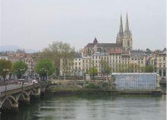 Ciudad francesa a la que Napoleón convocó a Carlos IV y a su hijo Fernando para discutir la posesión  del trono español