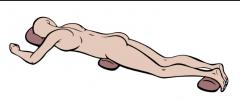 acostada sobre le abdomen, cabeza hacia un lado brazos a los lados
