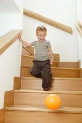 Descender escalera larga alternando pies sin ayuda.