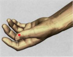 0,1 Tsun proximal y lateralmente hacia el ángulo radial  de la uña del dedo pulgar
